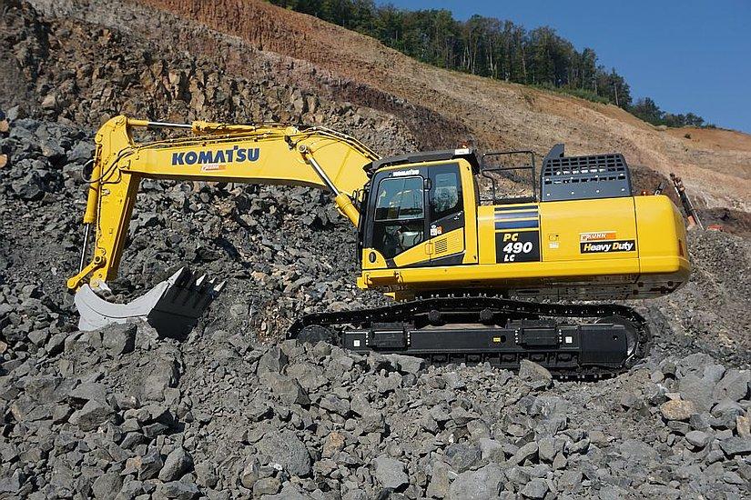 Durch seine enorme Kraft kann der Schwerlastbagger von Komatsu die hohen LKW- Zug-Anforderungen erfüllen.